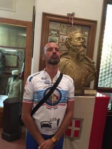 Cristicchi accanto al busto di Vittorio Emanuele II