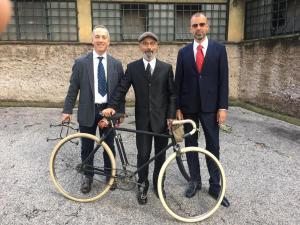 Cristicchi e due membri del Gruppo Imperiale Roma, con bici storica del 1913, ricevuti a Palazzo Giustiniani